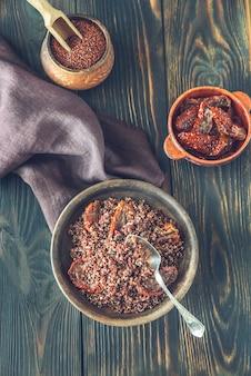Porzione di quinoa rossa con pomodori secchi