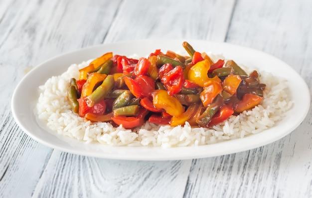 Porzione di riso bianco e verdure fritte
