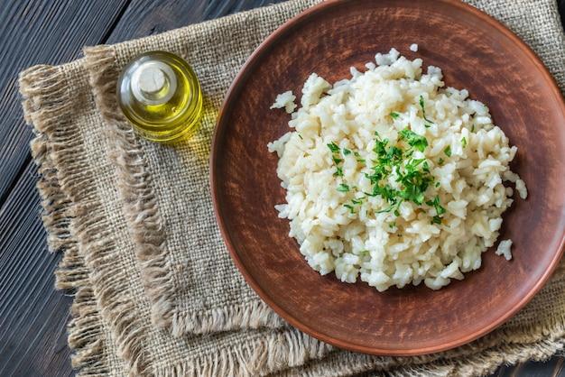 Porzione di risotto sul tavolo di legno