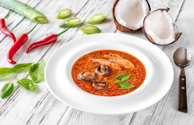 Porzione di zuppa tom yum
