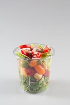 Porzioni di insalata preparata in contenitori di plastica da asporto