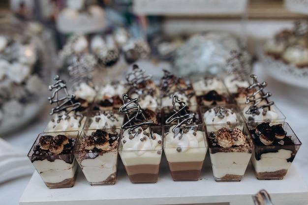 Porzioni di tiramisù e mousse di dessert si trovano sul tavolo della ristorazione