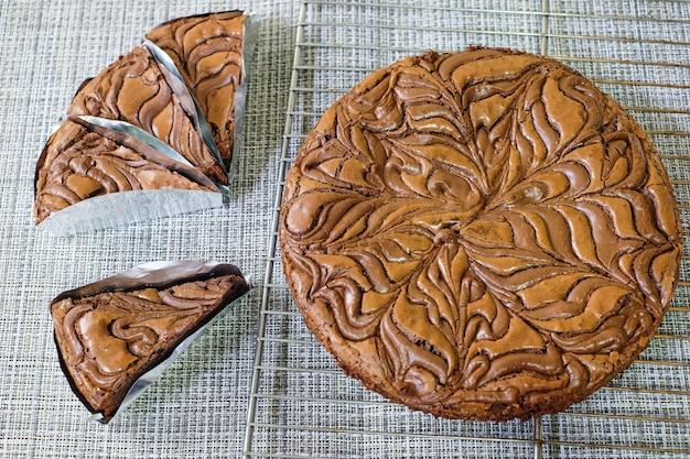Porzioni fresche del dolce del brownie del cioccolato sulla tavola di legno