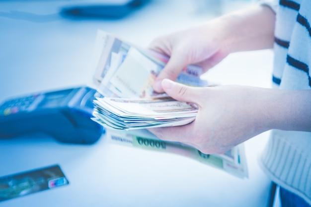 Pos di pagamento della carta di credito pos invece di acquisto di pagamento in contanti