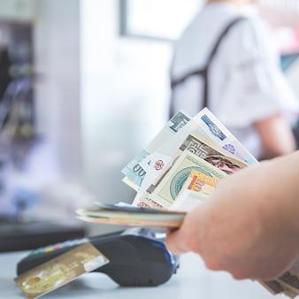 Pos di pagamento della carta di credito pos invece di liquidazione di contanti