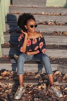 Posa africana casuale della donna di vista frontale