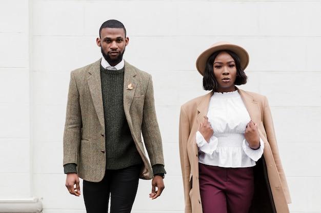 Posa alla moda della donna e dell'uomo