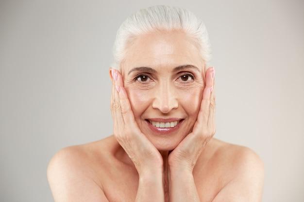 Posa anziana nuda sveglia allegra della donna