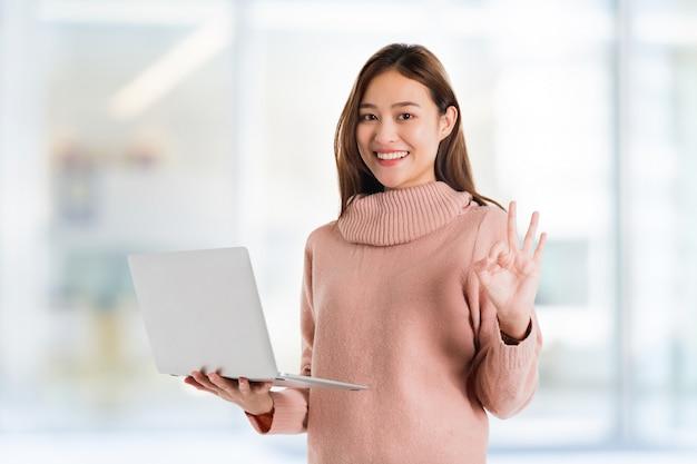 Posa asiatica bella della mano della donna
