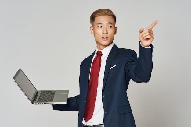 Posa asiatica dell'uomo di affari