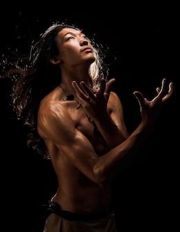 Posa asiatica sportiva dell'uomo artistica
