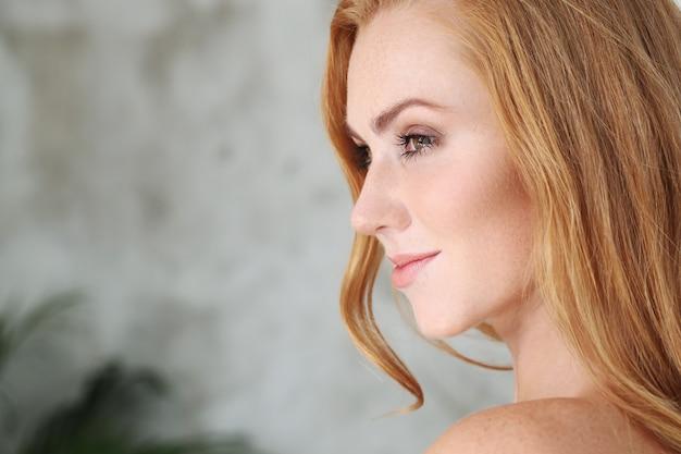 Posa bella della donna di redhead