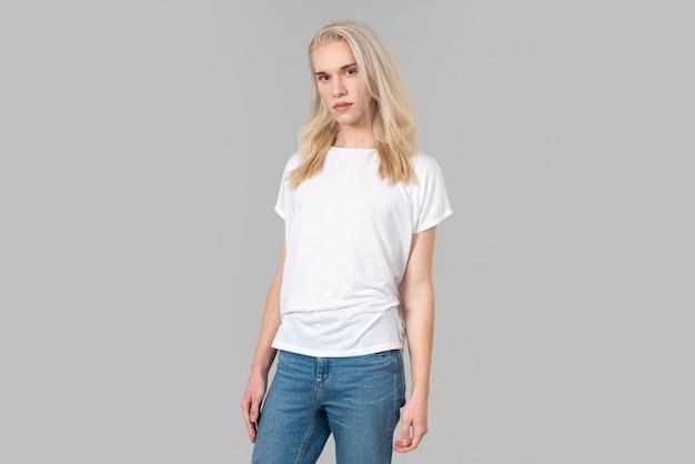 Posa casual con maglietta bianca
