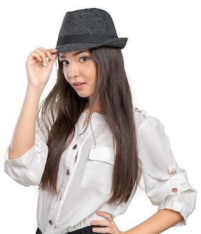 Posa d'uso del cappello di paglia della fedora di estate della bella giovane donna