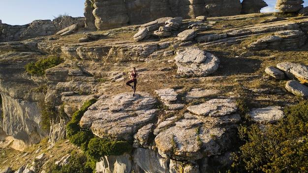 Posa dell'equilibrio della pratica yoga nel cuore della natura