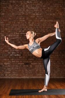 Posa della ballerina della donna della foto a figura intera