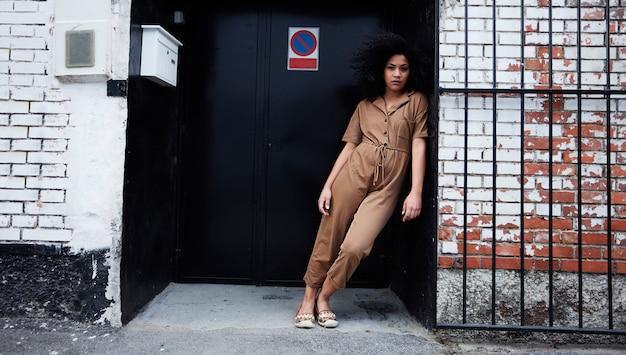 Posa della donna dell'afroamericano