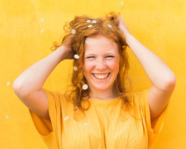 Posa della donna di smiley del colpo medio