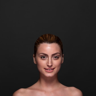 Posa della donna di smiley di vista frontale