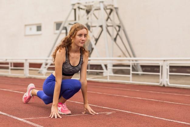 Posa della giovane donna prima di correre