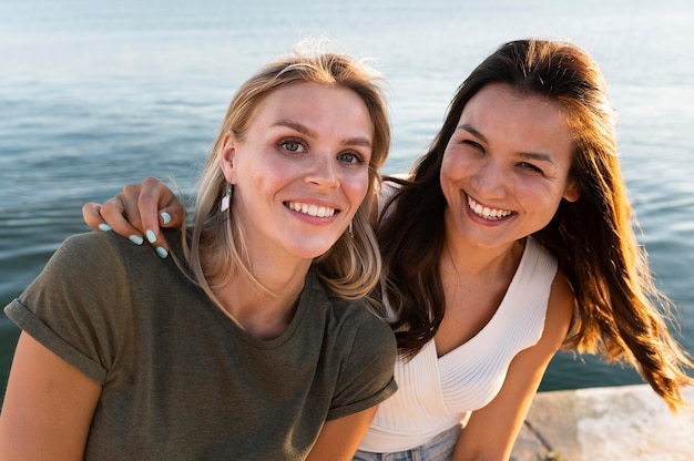 Posa delle donne di smiley del colpo medio