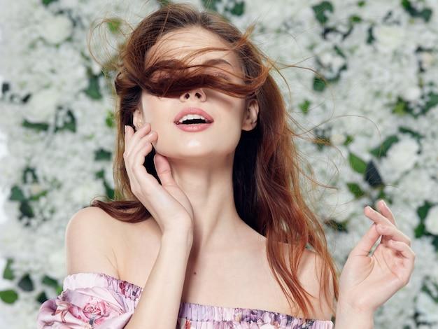 Posa di modelli dei bei giovani, concetto di bellezza, ritratto di modo