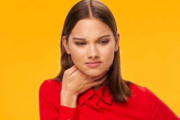Posa di modello della donna su variopinto in vestiti variopinti