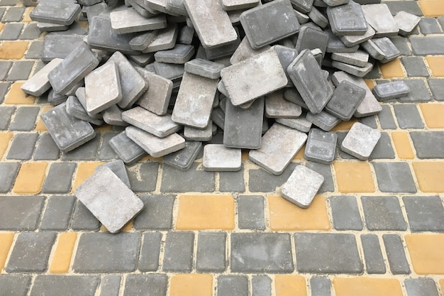 Posa di nuove lastre per pavimentazione sulla carreggiata