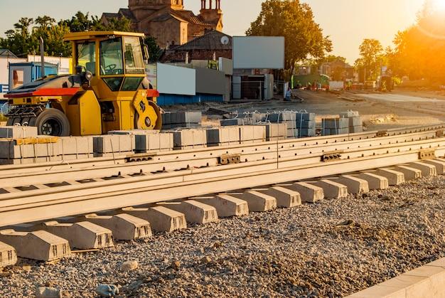 Posa di nuovi binari del tram sulla strada cittadina. installazione della ferrovia moderna