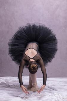 Posa di piegamento della ballerina di vista frontale