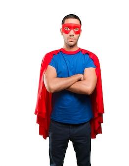 Posa di supereroi arrabbiato