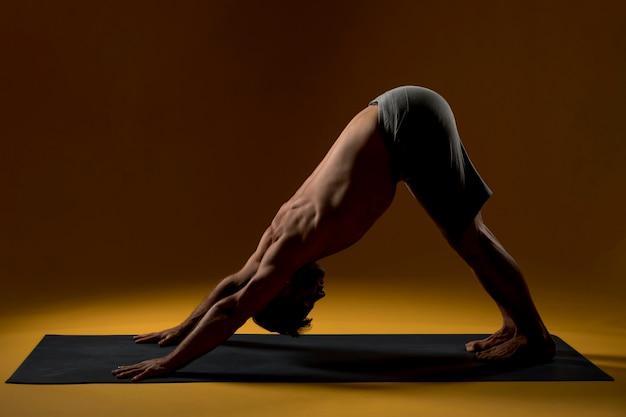 Posa di yoga pratica dell'uomo