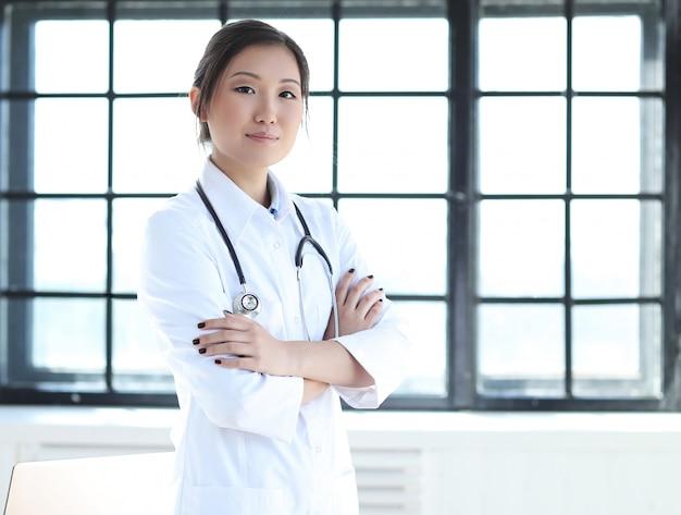 Posa femminile asiatica di medico