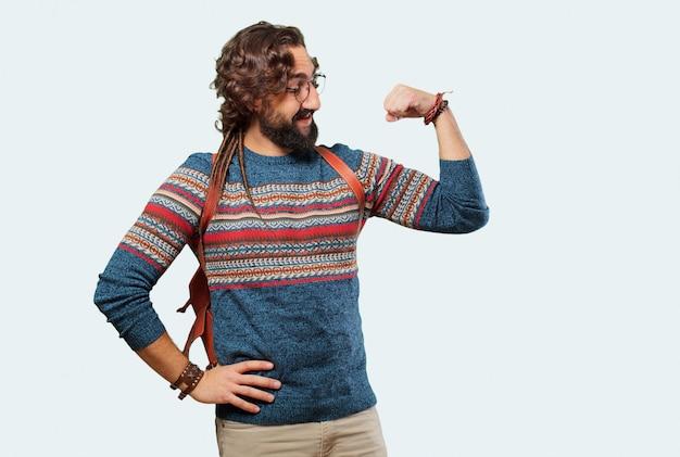Posa forte del giovane hippie