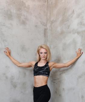 Posa muscolosa della donna dell'atleta