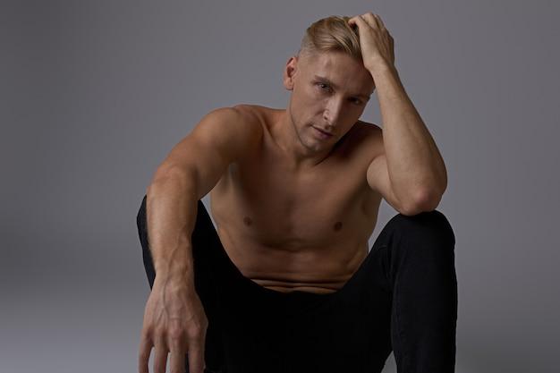 Posa nuda del torso dell'uomo di seduta del ritratto