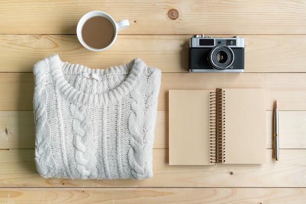 Posa piatta con abbigliamento caldo e confortevole per la stagione fredda. autunno comodo, vestiti di inverno che comperano, vendita, stile nel concetto di colori di tono della terra, vista superiore, spazio della copia