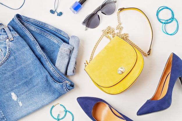 Posa piatta con accessori moda donna nei colori giallo e blu