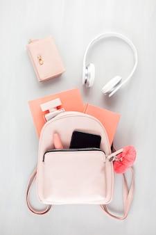 Posa piatta con accessori primavera estate ragazze in tonalità pastello rosa. stile casual estivo urbano, concetto di shopping