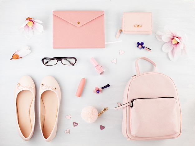 Posa piatta con accessori primavera estate ragazze in tonalità pastello rosa. stile estivo urbano casual