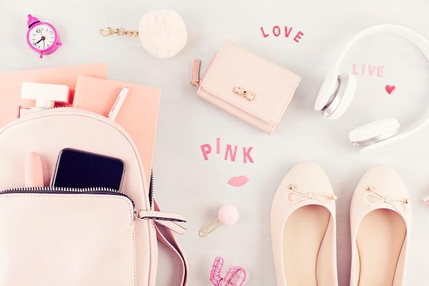 Posa piatta con accessori primavera estate ragazze in tonalità pastello rosa.