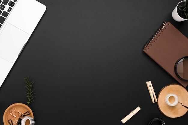 Posa piatta del desktop con spazio copia ed elementi essenziali della scrivania