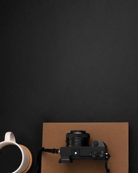 Posa piatta della postazione di lavoro con copia spazio e fotocamera