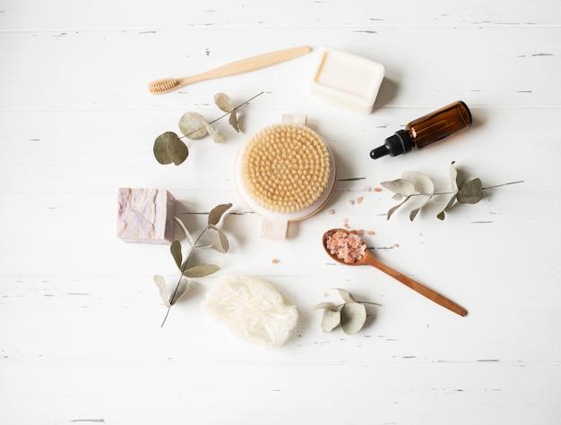 Posa piatta di prodotti per la cura del corpo femminile. concetto di rifiuti zero. set da bagno ecologico. vista dall'alto