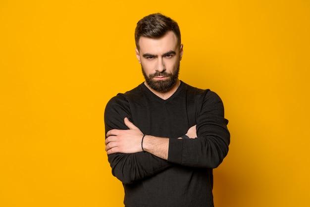 Posa sicura barbuta dell'uomo isolata