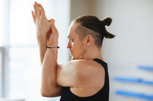 Posa yoga comprese le braccia d'aquila