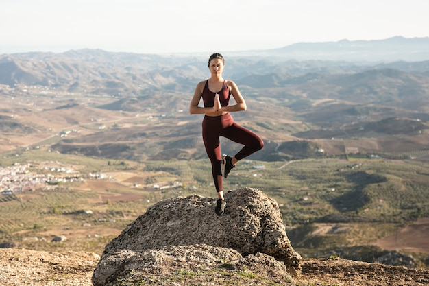 Posa yoga vista frontale con equilibrio estremo