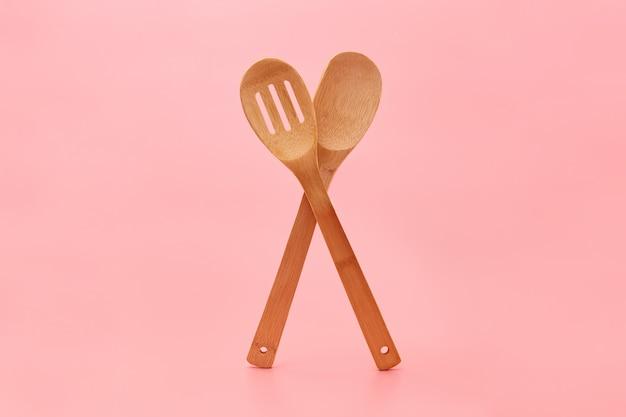 Posate in legno ecologico sul rosa