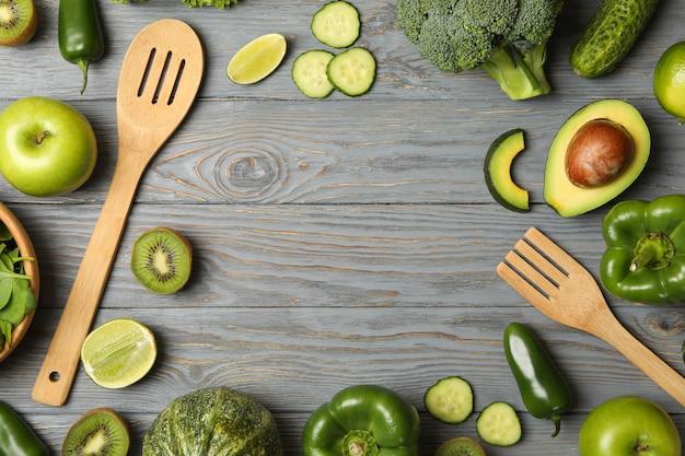 Posate, verdura e frutta sulla tavola di legno