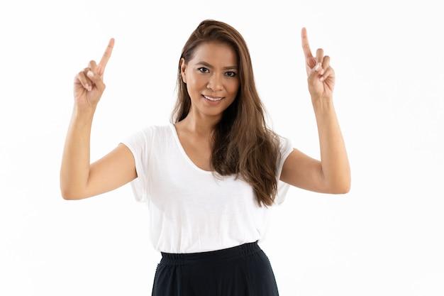 Positiva ragazza latina che presenta un nuovo prodotto